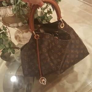 Louis Vuitton Artsy MM preloved, very clean!